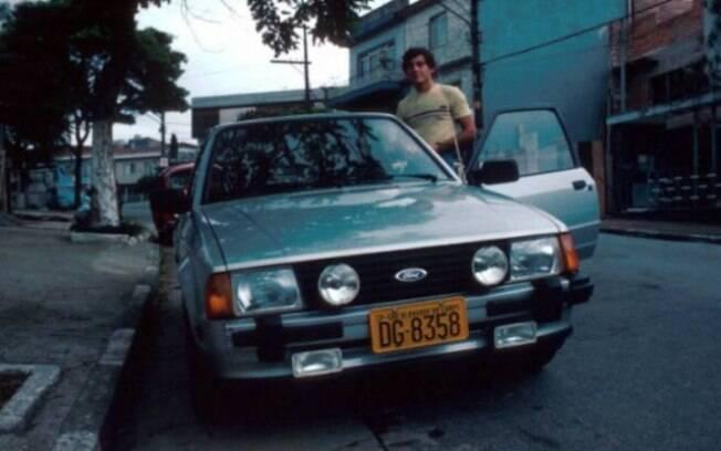 Ayrton Senna mostrava que era um usuário do Escort na ruas de São Paulo. O modelo é um dos carros fora de linha