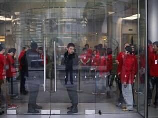 Funcionários da Apple e seguranças preparam loja de Pequim para receber clientes