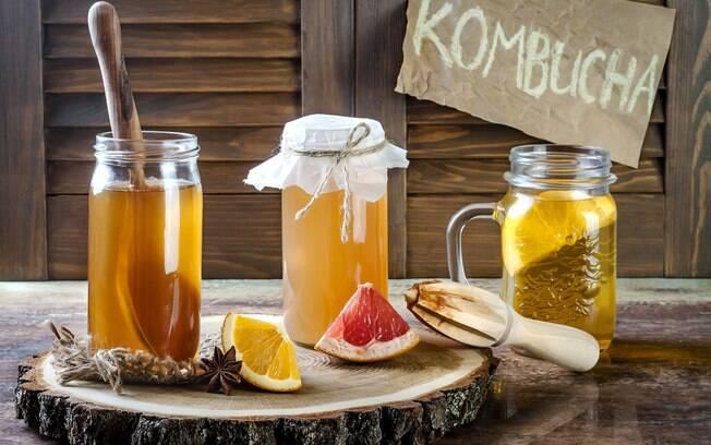 Kombucha é uma bebida fermentada que pode ser feita em casa ou encontrada pronta em supermercados