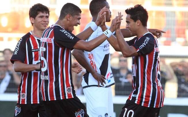 Denilson e Jadson celebram gol do São Paulo