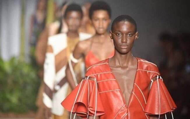 A diversidade de texturas apareceram nos looks da SPFW como parte da coleção apresentada pelo estilista João Pimenta