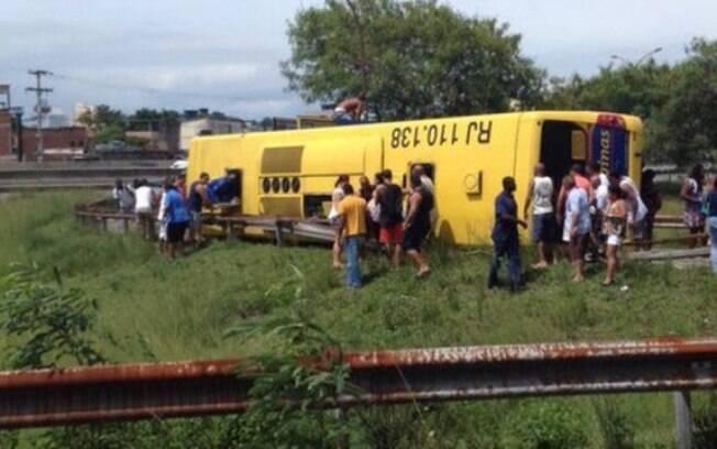 Quatro pessoas tiveram ferimentos leves após tombamento de ônibus na Linha Vermelha