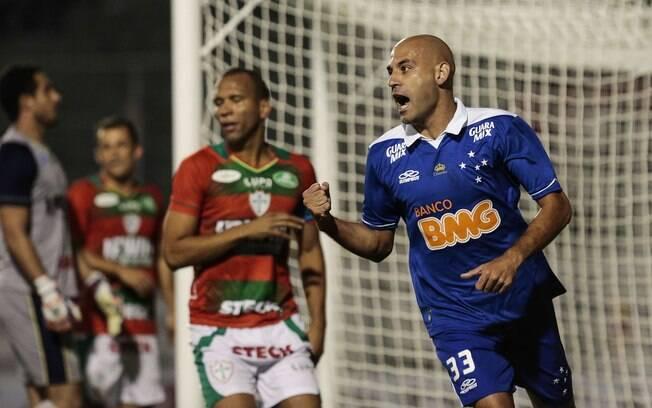 Bruno Rodrigo comemora o gol do empate do Cruzeiro diante da Portuguesa