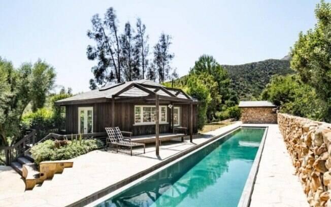 Na parte de fora, a mansão possui duas piscinas, uma academia, um spa e uma casa de hóspedes