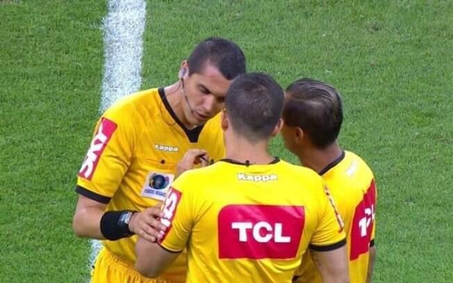 O árbitro Ricardo Marques Ribeiro foi o destaque negativo da partida entre Internacional e Santos