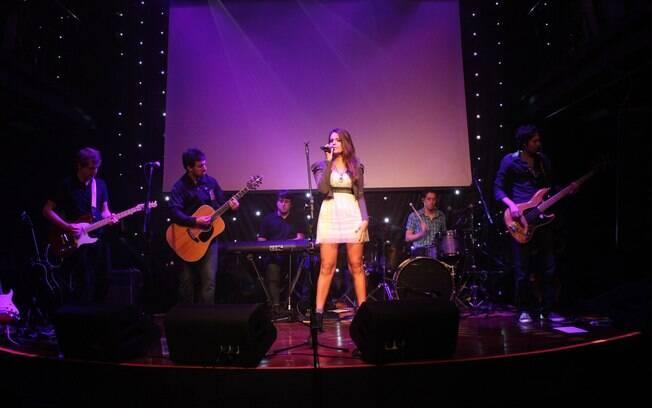 Camila Maia durante um de seus shows
