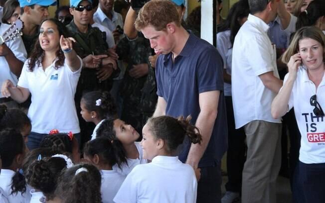 Príncipe Harry brinca e mostra a língua para as crianças do Complexo do Alemão