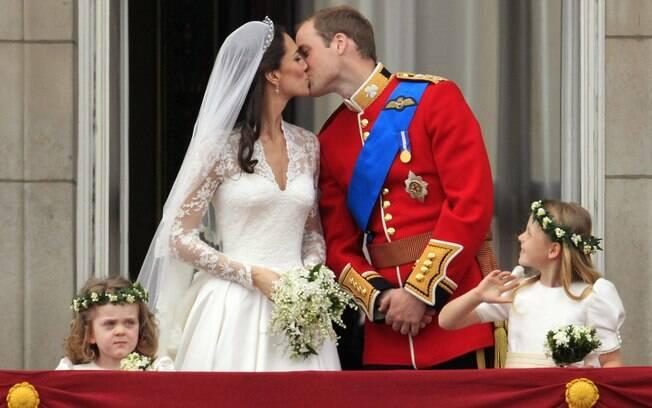 William e Kate e o famoso beijo no balcão, após a cerimônia de 29 de abril