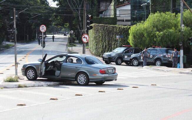 Bandidos tentaram roubar Jaguar para fugir e atiraram contra motorista (27.02.15)