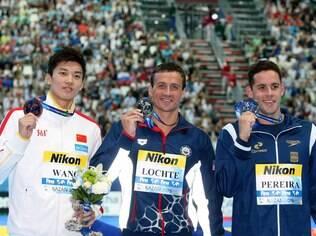 Thiago Pereira vibra no pódio ao lado de Ryan Lochte e Shun Wang