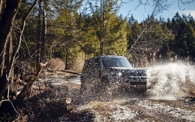 Não é porque o novo Land Rover Defender ficará mais moderno que perderá a valentia em trechos de terra