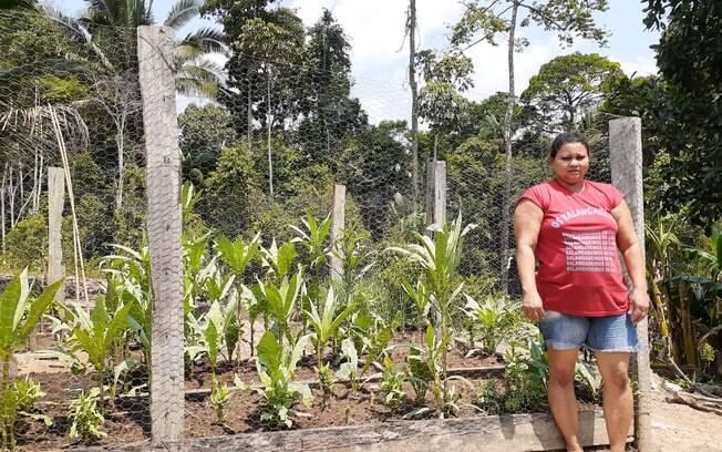 Produtora de café agroflorestal%2C Glória Dias Inácio. À frente%2C a horta da produtora%2C e%2C ao fundo%2