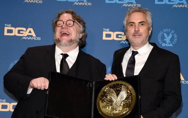 Alfonso Cuarón recebe o prêmio do DGA do amigo Del Toro, vencedor em 2018