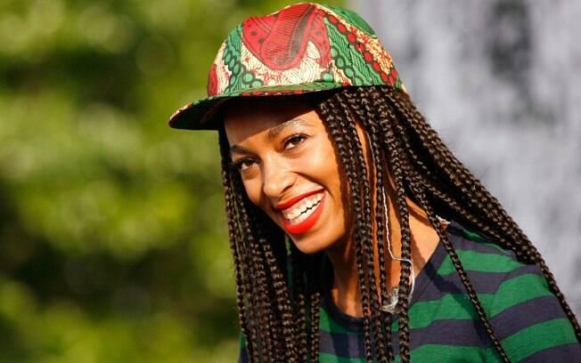 A cantora Solange usa trancinhas super longas, às vezes soltas, às vezes presas no alto da cabeça