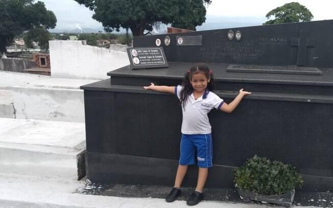 A pequena Luana, do Rio de Janeiro, tinha o sonho de conhecer um cemitério, e a mãe realizou o desejo da menina