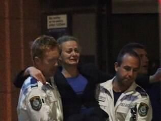 Brasileira Marcia Mikhael é socorrida com fim de sequestro em cafeteria em Sidney