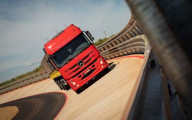 Mercedes-Benz passa  a ter nova pista com inclinação para testes de caminhões de vários tipos, inclusive pesados