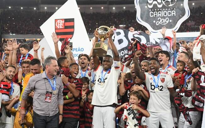 Flamengo levanta taça de campeão carioca de 2019