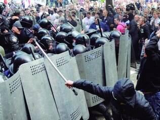 Confronto.   Multidão lançou pedras contra os policiais, que responderam com bombas de efeito moral