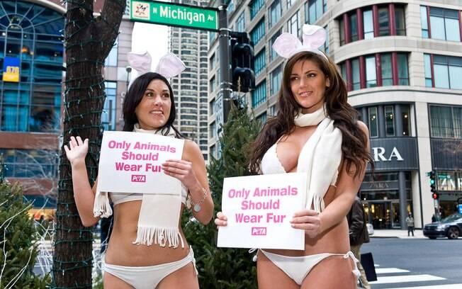 Tracy Patton e Crystal McCahill sem roupa para protestar contra casacos de pele