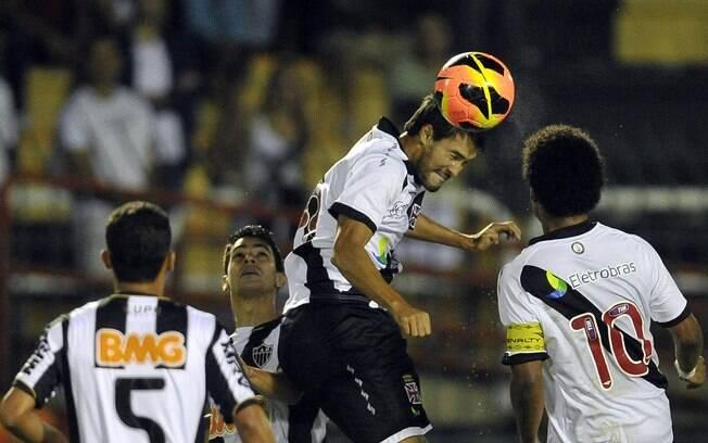 Pedro Ken sobe para fazer o cabeceio em  ataque do Vasco
