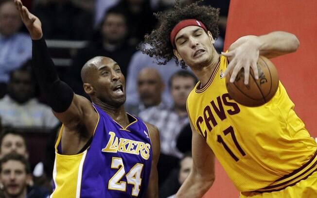 Anderson Varejão em ação contra Kobe Bryant