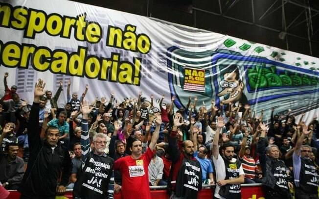 Metroviários votam pela paralisação em assembleia realizada na sede do sindicato, nesta quarta