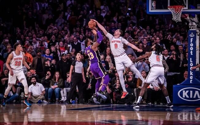 Bloqueio em LeBron acabou sendo um dos grandes destaques da rodada da NBA deste domingo