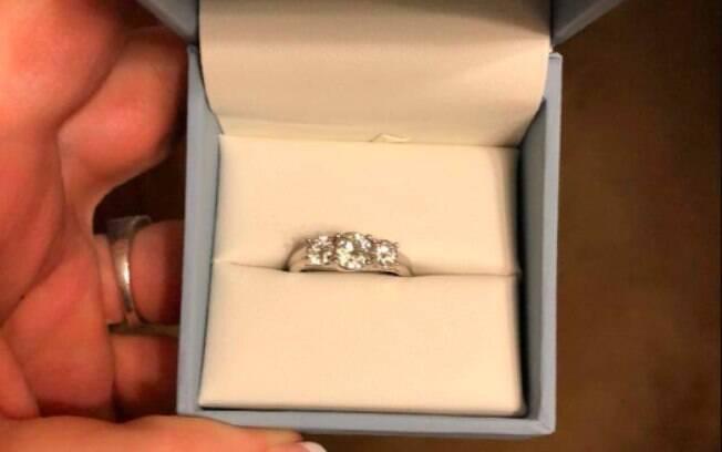 A mulher encontrou o anel de noivado na gaveta da mesa de cabeceira do namorado e decidiu compartilhar nas redes