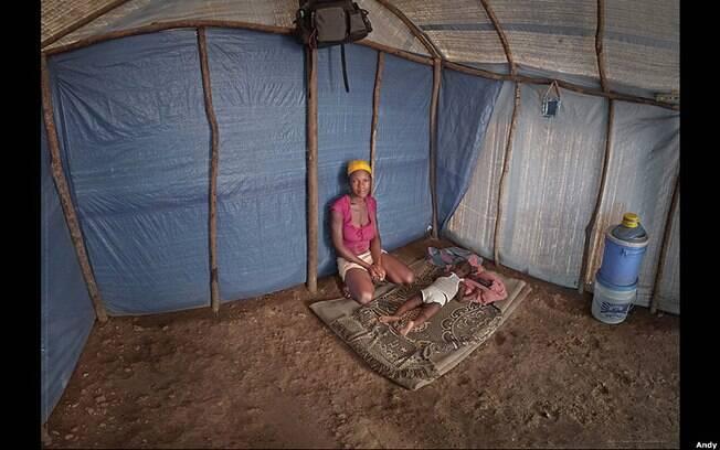 O assentamento de Canaan, no Haiti, onde a vendedora Marie Erline Louis, de 18 anos, vive com seu filho, Frederic Fredelanole. Foto: Andy Goldstein