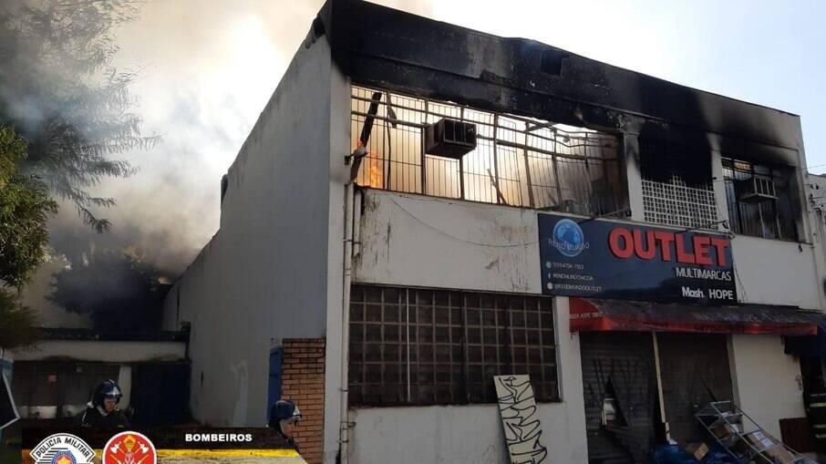 Corpo de Bombeiros atua para conter as chamas em estabelecimento comercial