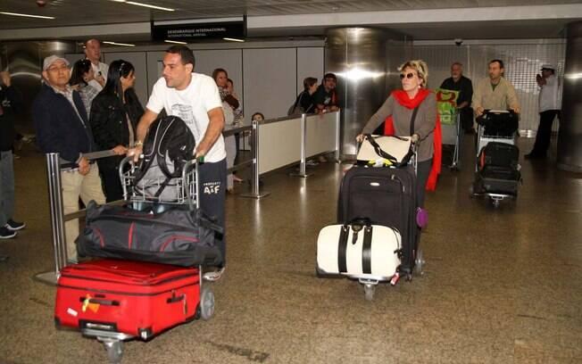 O casal voltou carregado de malas