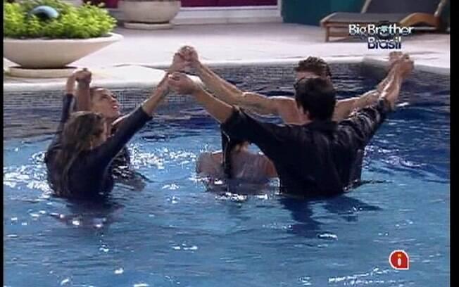 Competidores se juntam na piscina para comemorar a permanência do cowboy