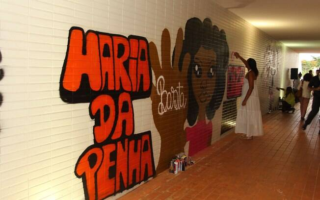 Interpretação da Lei Maria da Penha, criada para proteger a vítima de violência doméstica, ainda causa polêmica: há 140 mulheres presas hoje, enquadradas na lei
