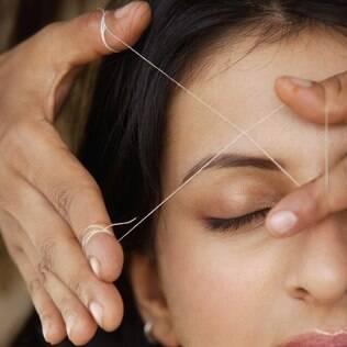A depilação com linha é suave para a pele e arranca os fios pela raiz