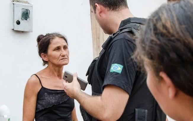 Maria de Fátima Carvalho Miranda conversa com os policiais durante o velório. Foto: Wenddel Veras - Blog do Coveiro