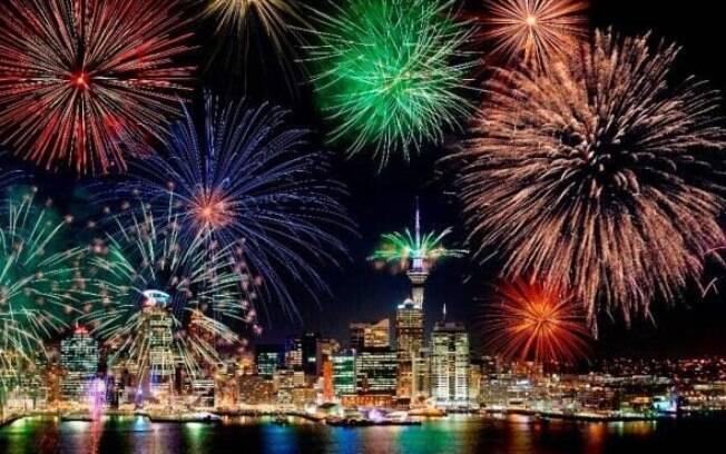 Cidade de Auckland, Nova Zelândia, dá as boas-vindas ao ano novo 2017, junto com Fiji, Samoa, Kiribati e Tonga