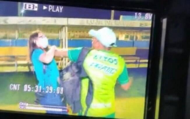 Homem que agrediu jornalista da Globo em estádio é punido por federação