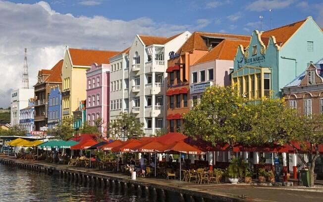 Curaçao encanta por seus prédios coloridos de arquitetura holandesa