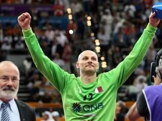 Nos minutos finais de jogo, as defesas do goleiro bósnio Saric garantiram a classificação dos asiáticos