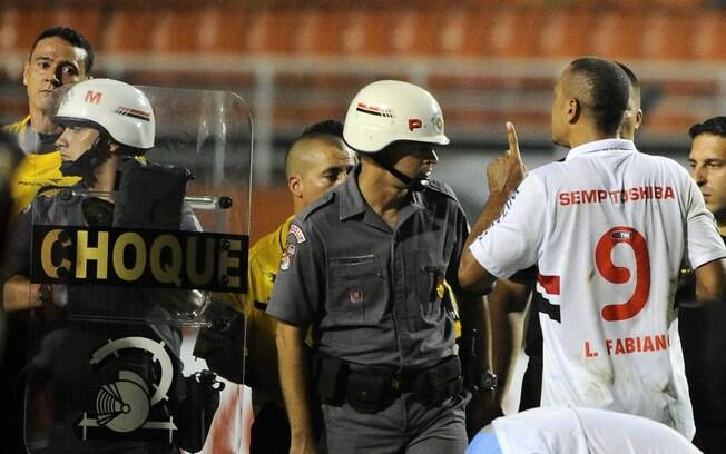 Luis Fabiano reclama com árbitro e é expulso  após a partida contra o Arsenal