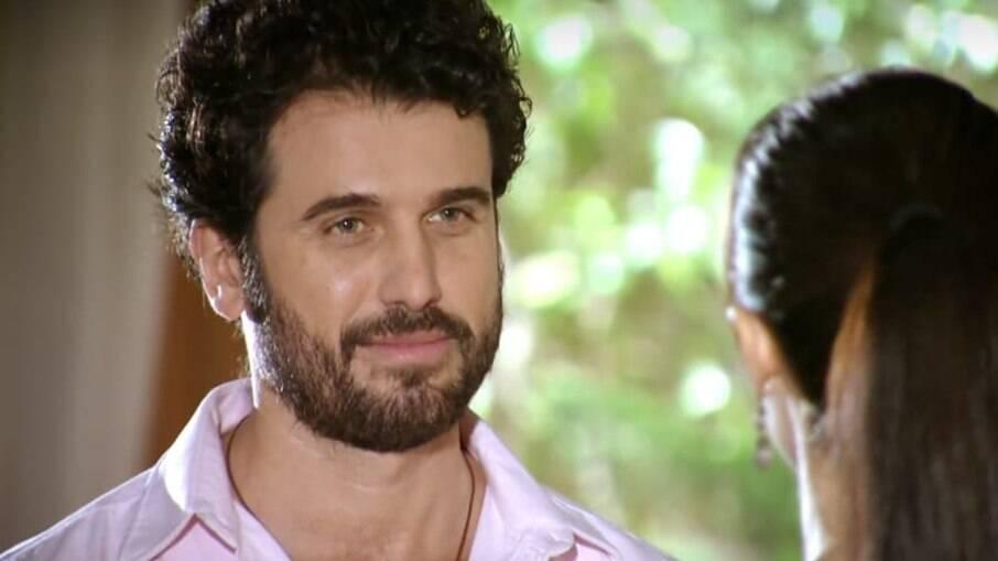 Gabriel chega ao hospital no momento em que Rodrigo consola Manuela