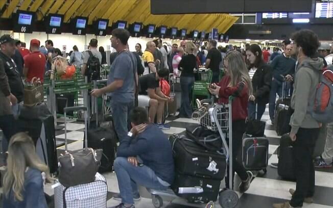 Passageiros encheram saguão do aeroporto de Congonhas durante paralisação devido a drone, assim como aconteceu no aeroporto de Londres
