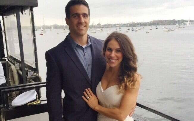 Samantha Burns usa o vestido de noiva todos os anos em situações divertidas e inusitadas, como em um cruzeiro