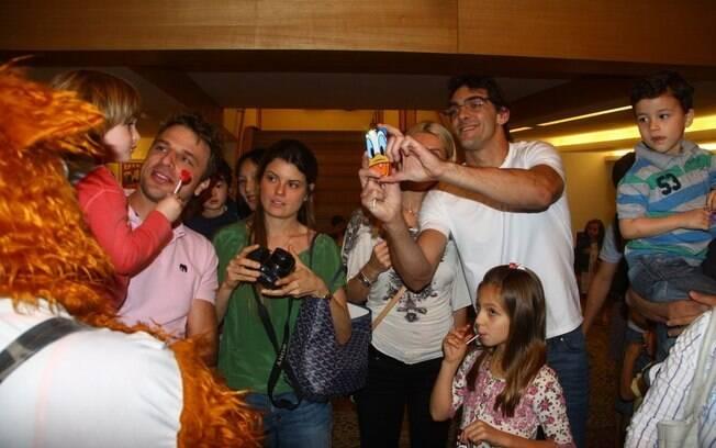 Cássio Reis encontrou o jogador de vôlei Giba, que também assistiu ao espetáculo com a mulher e os filhos