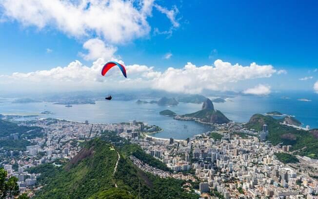 No topo do Mirante Dona Marte, os turistas conseguem avistar a Baía de Guanabara, o Cristo Redentor e outras atrações