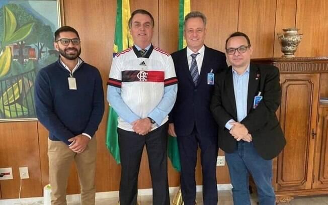 Bolsonaro posa com a camisa do Flamengo ao lado de Rodolfo Landim