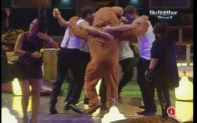 Os brothers fazem rodinha em volta do urso