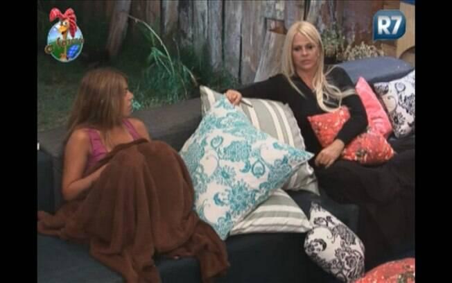 Monique conversa com os peões na varanda