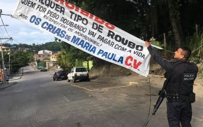 Após imagem ser compartilhada nas redes sociais, policiais retiraram a faixa do local